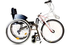 Der Stringbike Antrieb vorne an einem Rollstuhl angedockt